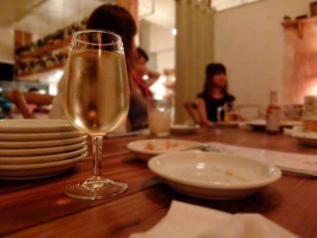 食事とテーブルグラス